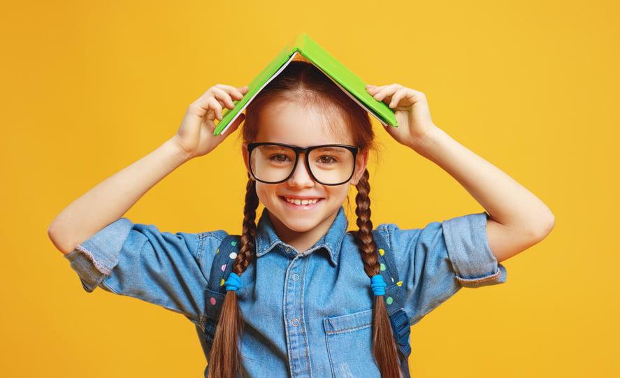 dziewczynka z książką na głowie