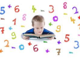 Chłopiec, który czyta książkę, wokół niego cyfry od 1 do 9 i znaki +, -