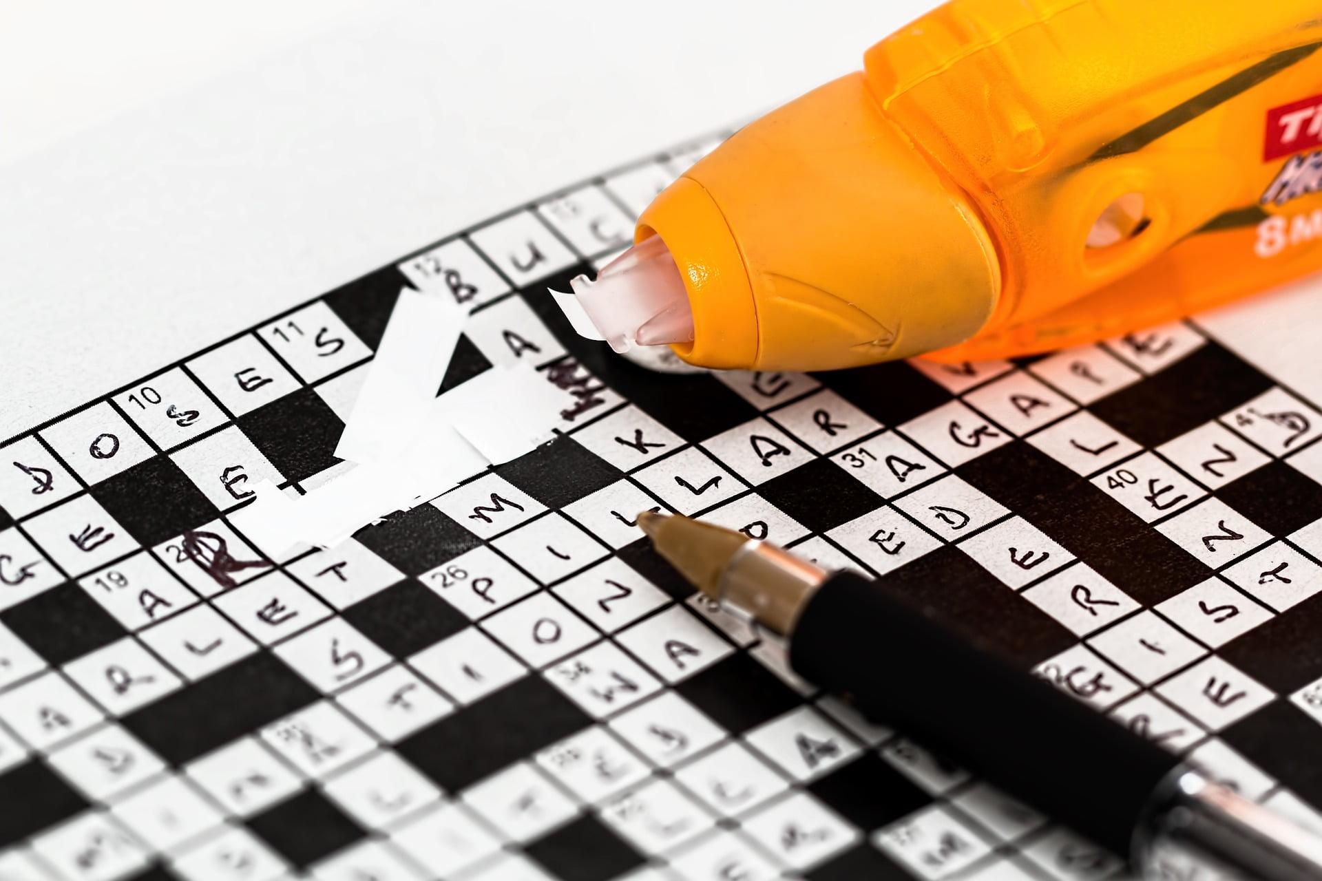 Krzyżówka z błędnie wpisanym hasłem, na której leżą korektor i długopis