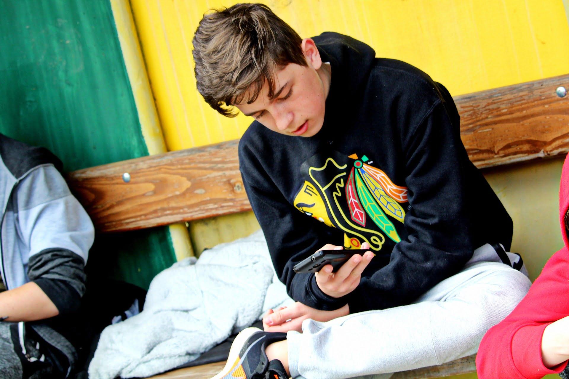 Nastolatek korzystający ze smartfona