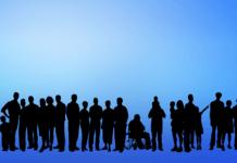 różni ludzie stojący w rzędzie, wśród nich dzieci, osoby niepełnosprawne